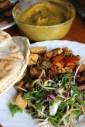 Okraschoten, Salat, gebratenes Tempeh und Fladenbrot