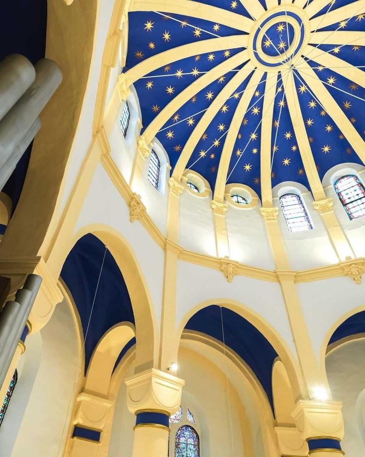 fleur nabert sculpteur basilique notre dame de bon secours saint avold aménagement liturgique voute étoiles feuille d'or verre thermoformé peinture polychrome bleu