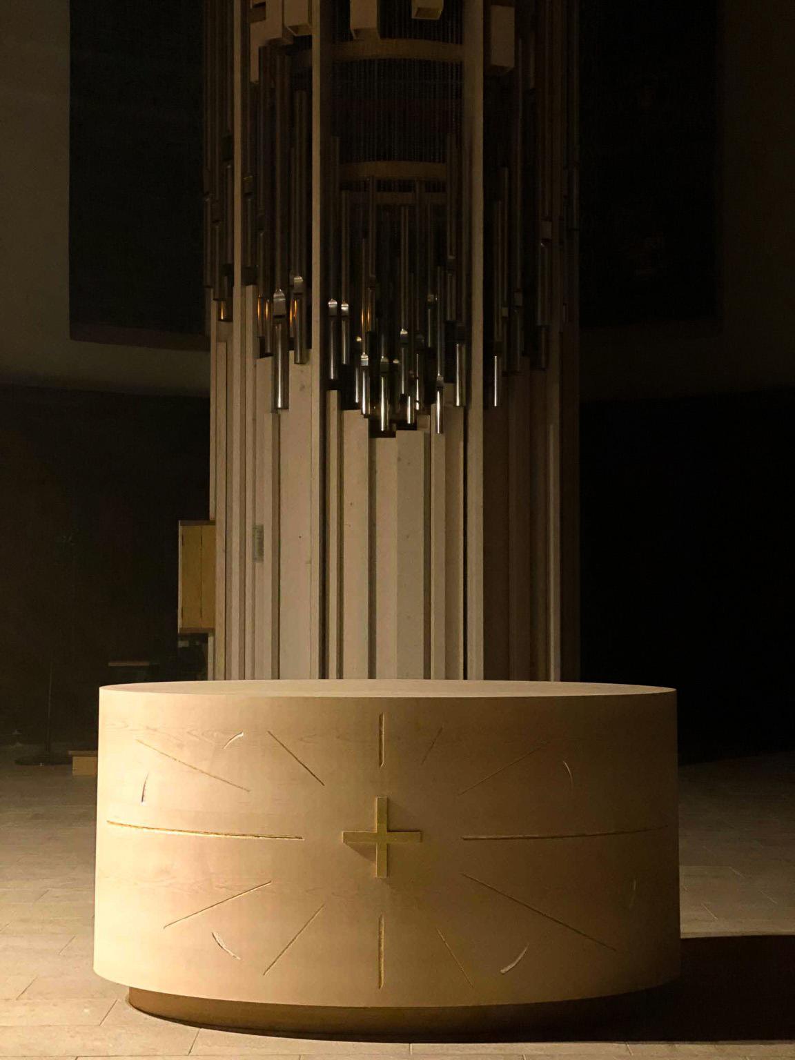 fleur nabert sculpteur bourg d'oisans chœur aménagement liturgique autel bois feuille d'or