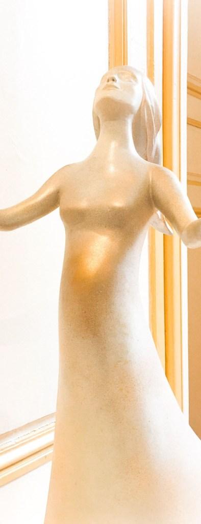 fleur nabert sculpteur oratoire des sœurs carmel bayonne aménagement liturgique statue vierge enceinte bronze doré