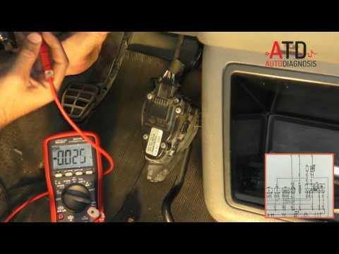 Interruptor de embrague con polímetro y esquema eléctrico.