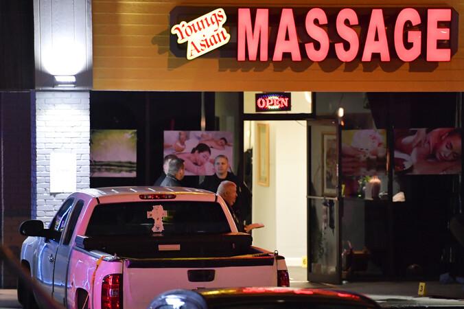 미국 조지아주 애틀랜타 일대에서 맛사지숍 연쇄 총격이 벌어져 한인 4명 등 총 8명이 숨진 것으로 알려진 가운데, 피해 맛사지숍 중 한 곳에서 경찰이 조사를 하고 있다. 애틀랜타/AP 연합뉴스