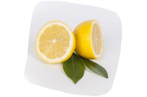 Certains préconisent de ne boire que du jus de citron et de l'eau durant une journée, chaque semaine