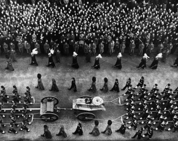 15 Feb 1952, London, England, UK --- London crowds line the route of the procession carrying the coffin of King George VI. The king reigned from 1936 until his death in February 1952. | Location: Edgeware Road, London, England, UK. --- Image by © Hulton-Deutsch Collection/CORBIS