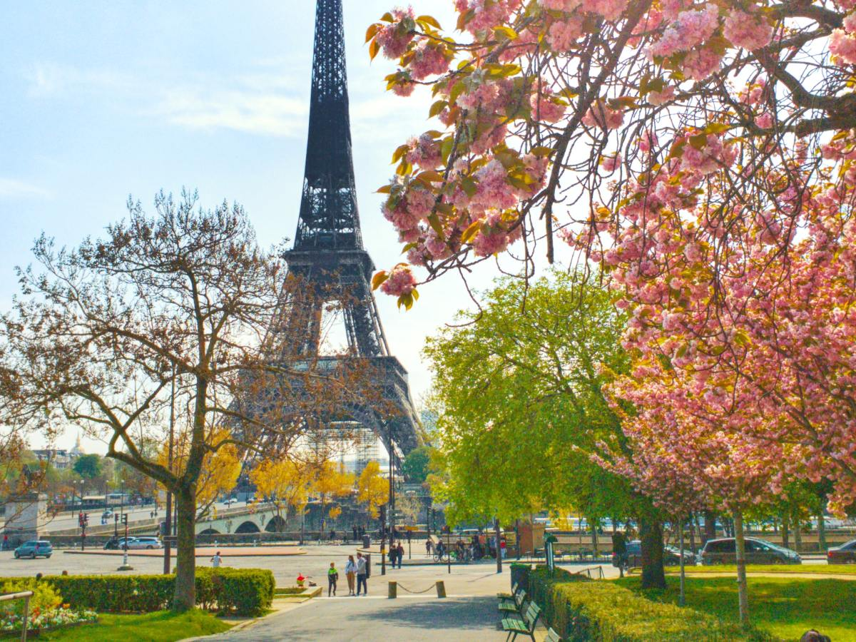 book cheap flights to Paris with FlightSale