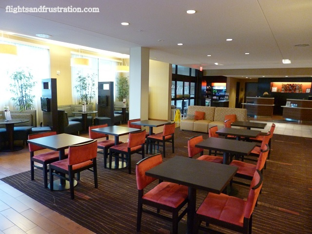 Lobby dining area in the Courtyard by Marriott At Pittsburgh Settlers Ridge