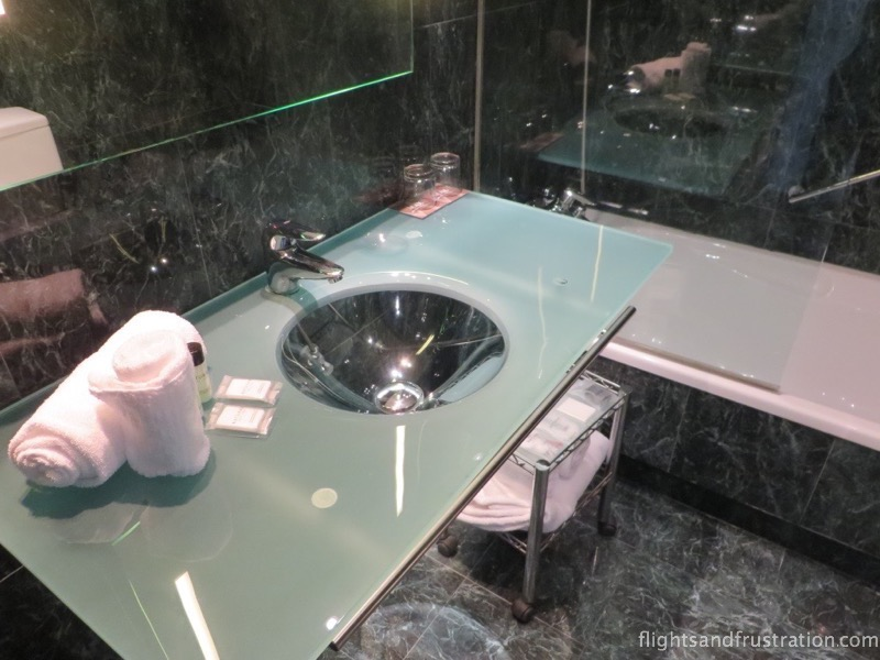 Glass fittings in the bathroom
