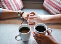 Pareja ante una taza de cafe