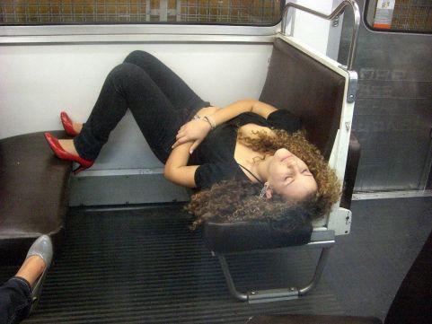 Chica durmiendo en el metro