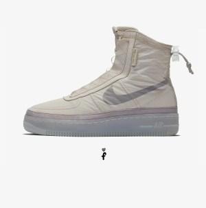 140€ en NIKE. Inspiradas en las prendas de exterior de temporada, las Nike Air Force 1 Shell cuentan con una parte superior repelente al agua y una zona del tobillo regulable para mantener la transpirabilidad cuando el tiempo cambia.