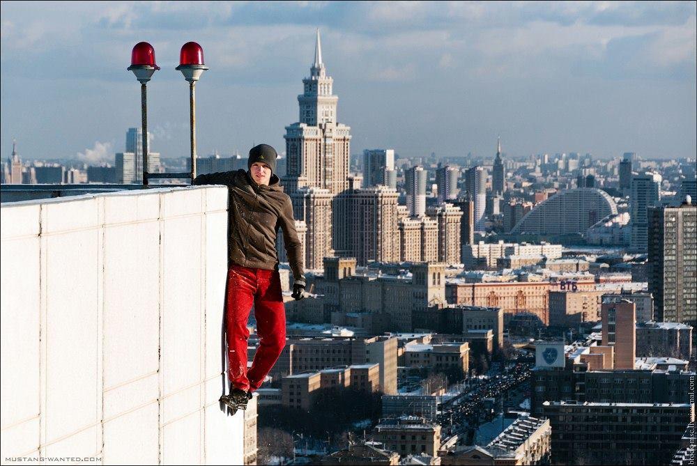 不怕死烏克蘭少年 登高驚險單手拍照