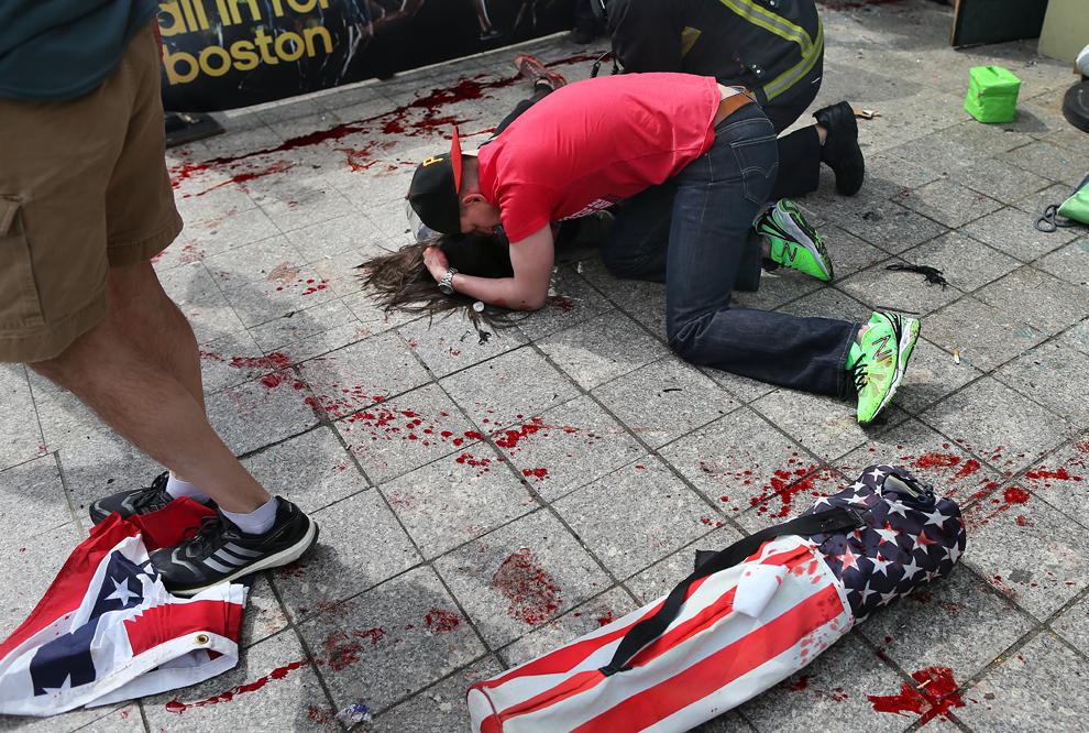 波士頓馬拉松爆炸恐怖攻擊新聞攝影 (43 組圖)