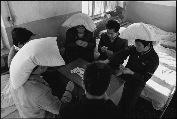 精神病院,黑龍江 1989 – 病人們在玩啤牌,輸了的人要頭頂枕頭作處罰