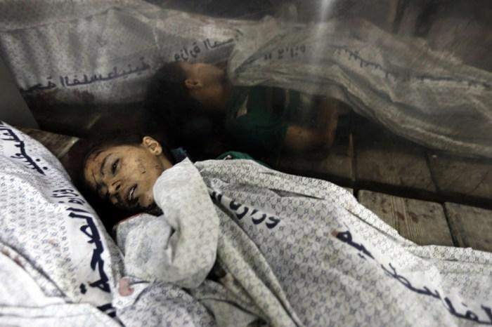 一位女孩的屍體被放在醫院的殮房。醫護人員說,7月20日星期日晚上,有超過40人因空襲而死。