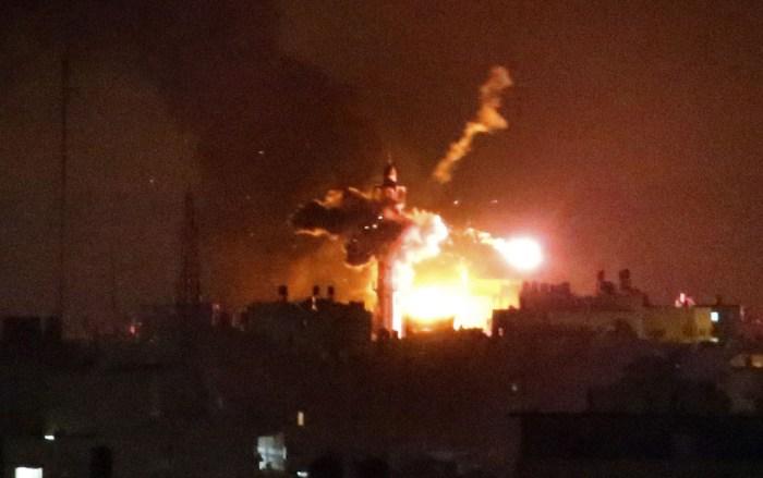 以色列的導彈擊中清真寺。