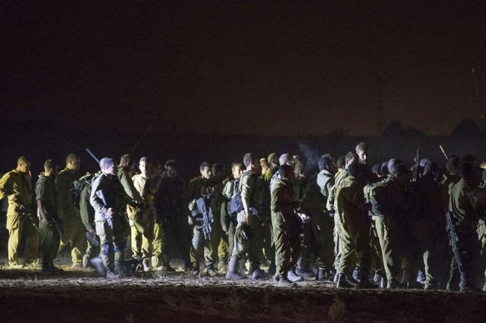 以色列士兵在以色列及加沙地帶邊界準備他們的裝備和武器。