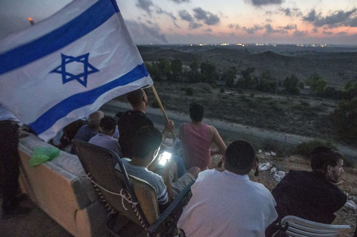 以色列市民在以色列邊界觀看戰事。