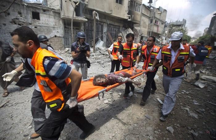 醫護人員在Shejaiya把女孩的屍體抬走。