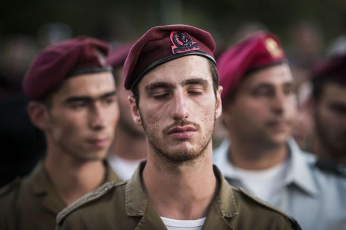 士兵正在悼念在戰事中身亡的Banaya Rubel。