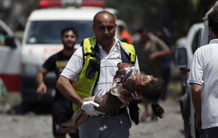 醫院人員正在搶救手上的孩子。孩子在上述的Shijaiyah住宅區遇襲。