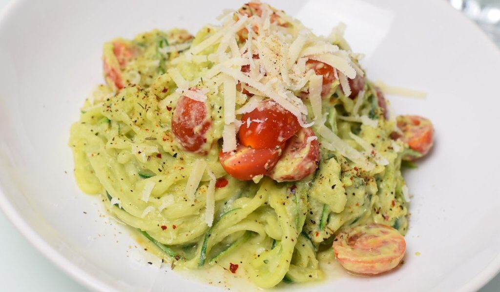 Rezept: Zucchini-Nudeln in einer Avocado-Joghurt-Creme