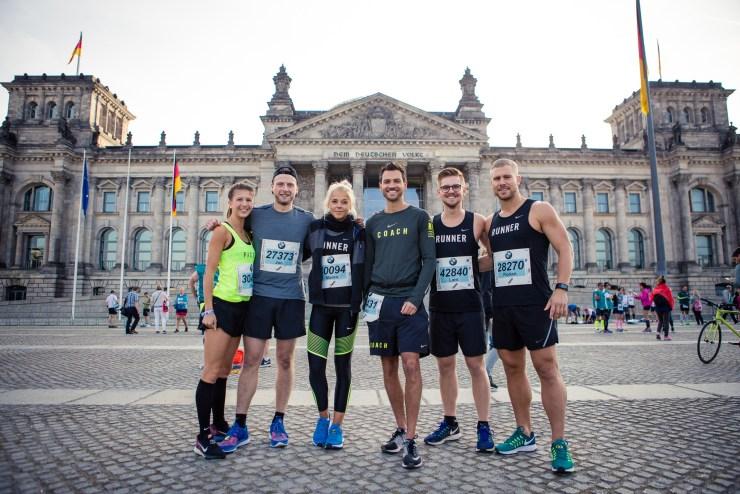 Ready to run: Kim, Jan, Maren, Falko, Lars und ich vor dem Reichstag