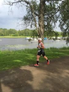Miika juoksemassa Hämeenlinnan 10 kilometrin kilpailua.