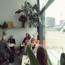 Binnen kunnen klanten genieten van een drankje of taartje.