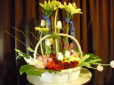 Hermosa canasta de cumpleaños, con tulipanes, rosas y lilis - AN2