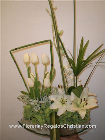 Arreglo Floral para aniversario, elaborado con hermosas flores blancas, en base de cristal