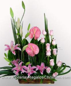 E10 - Arreglo floral con Rosas, Stargazer y Anturium