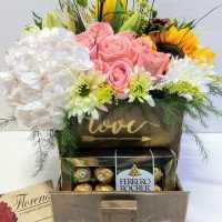 Hermosa caja surtida con flores y chocolates. Envío a domicilio en Tijuana.