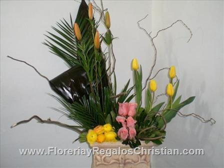 Hermoso arreglo con tulipanes y rosas en base de cerámica - E57