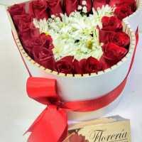 Hermoso corazón de rosas y margaritas