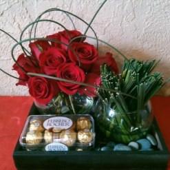 Arreglo floral para hombre con rosas y chocolates Ferrero Rocher - H5