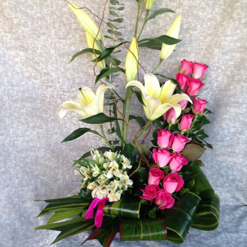 NU20 - Arreglo floral de rosas y concador. Envío en Tijuana.