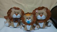 família de leões em feltro