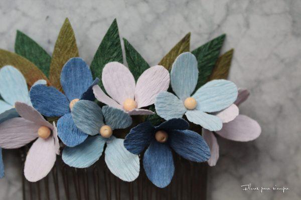 tocado de flores de papel azules y moradas