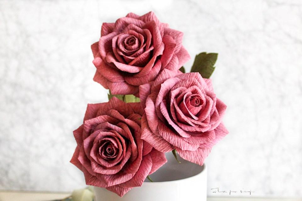 rosas realistas de papel crepé