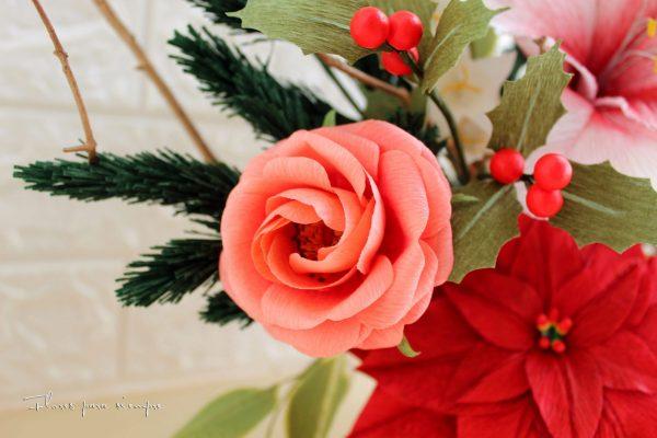 vista de rosa pequeña de jardín y acebo