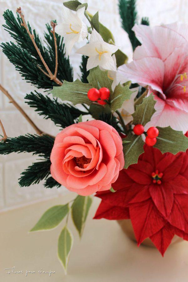 rosa de jardín en color salmón claro, acebo y ramas de pino