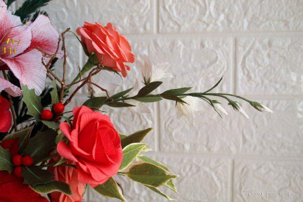 Centro de mesa navideño rosas de jardín, acebo, campanillas blancas