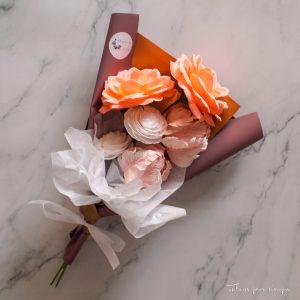 ramo con 6 flores de papel crepé