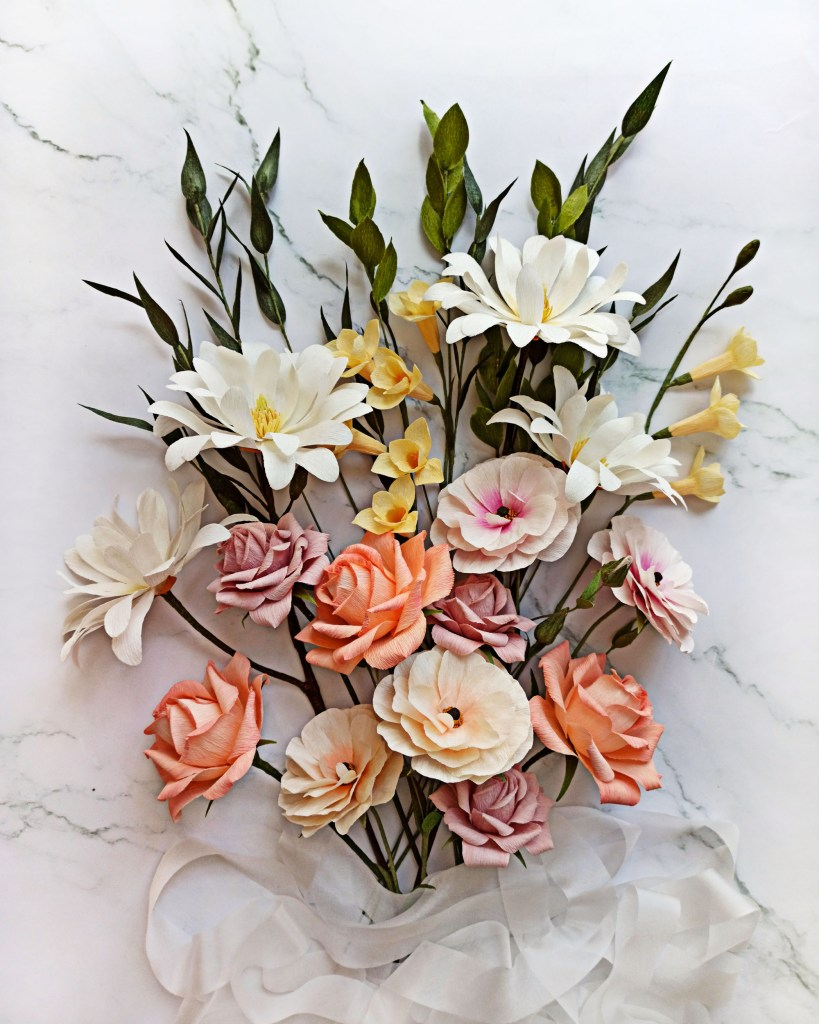 ramo de flores de papel, flores realistas de papel crepé, flores para siempre, flores de papel crepe