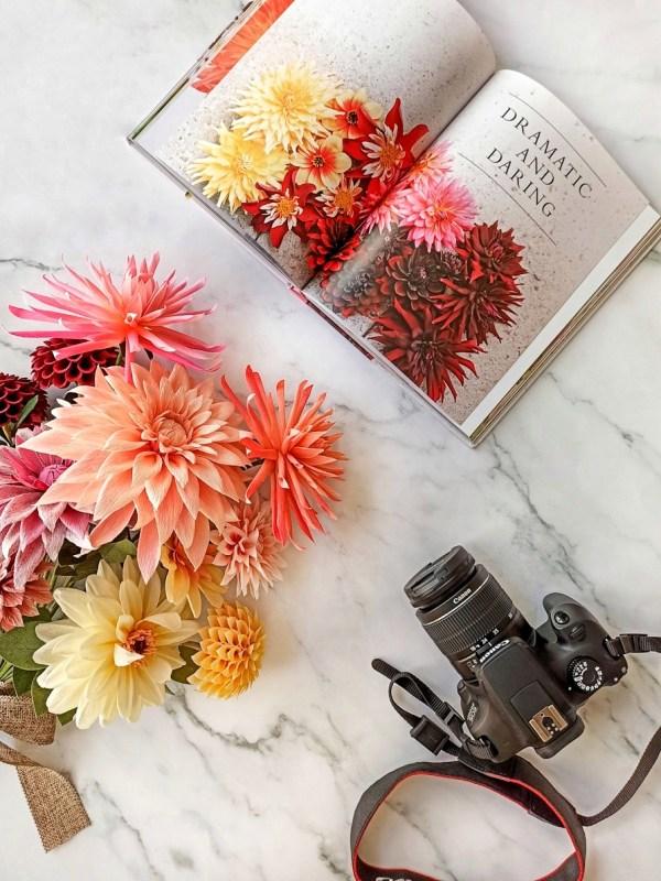ramo de dalias de papel crepé, flores para siempre, flores de papel crepe