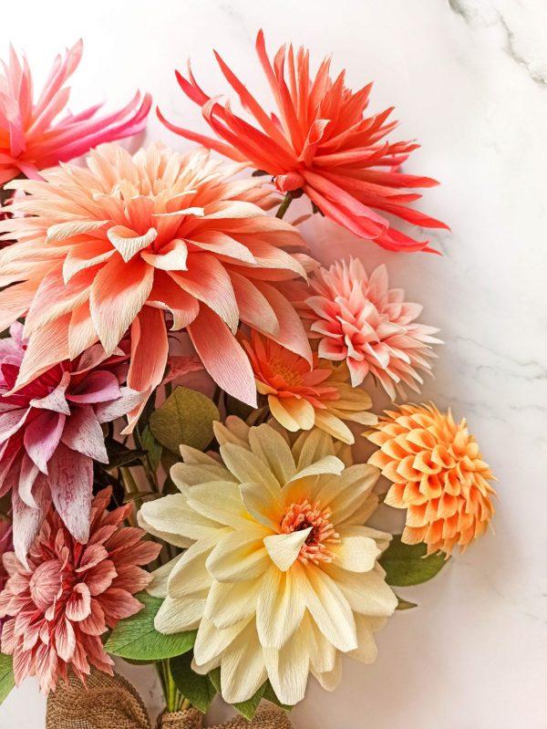 ramo de dalias de papel crepé, flores de papel crepé, ramos de papel, flores para siempre