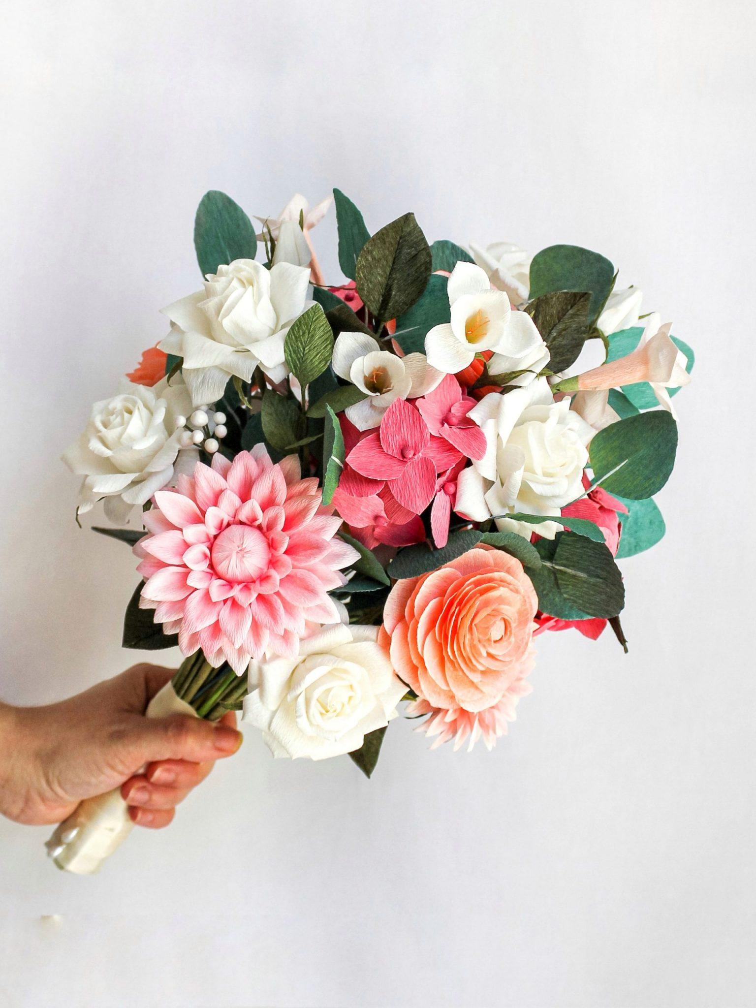 ramo de novia de papel con dalias, hortensias rosas, fresias blancas, rosas y ranúnculos de papel, flores para siempre