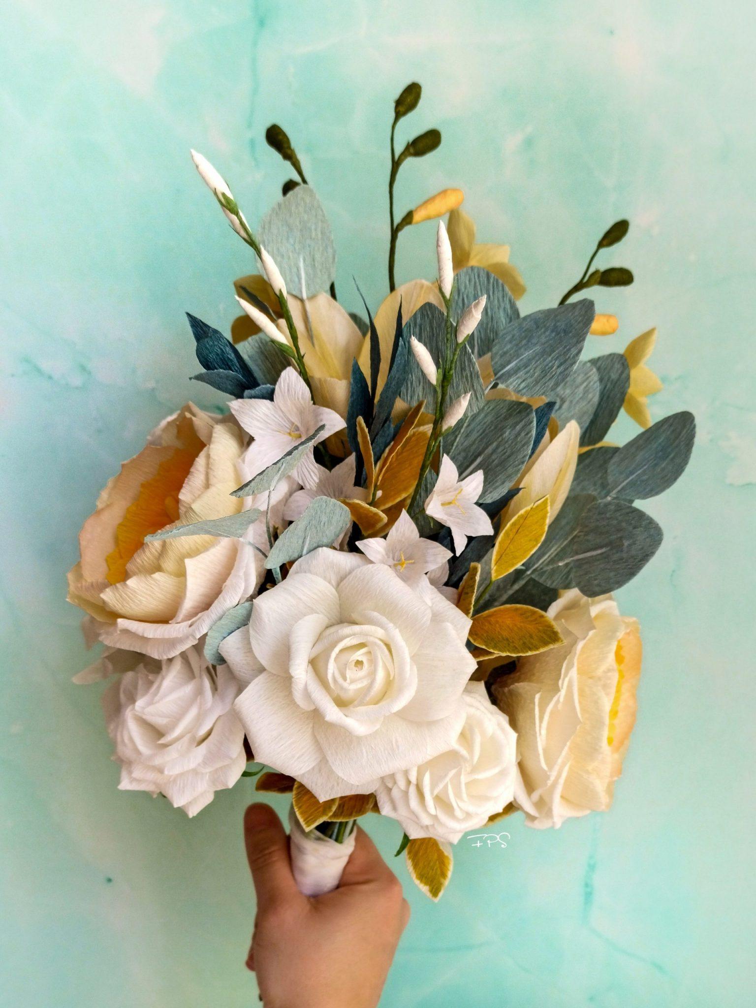 ramo de novia de papel con rosas inglesas amarillas, rosas blancas, y fresias, flores para siempre, flores y ramos de papel