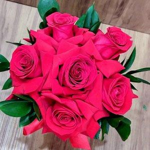 Arranjo 6 rosas importadas e ruscus