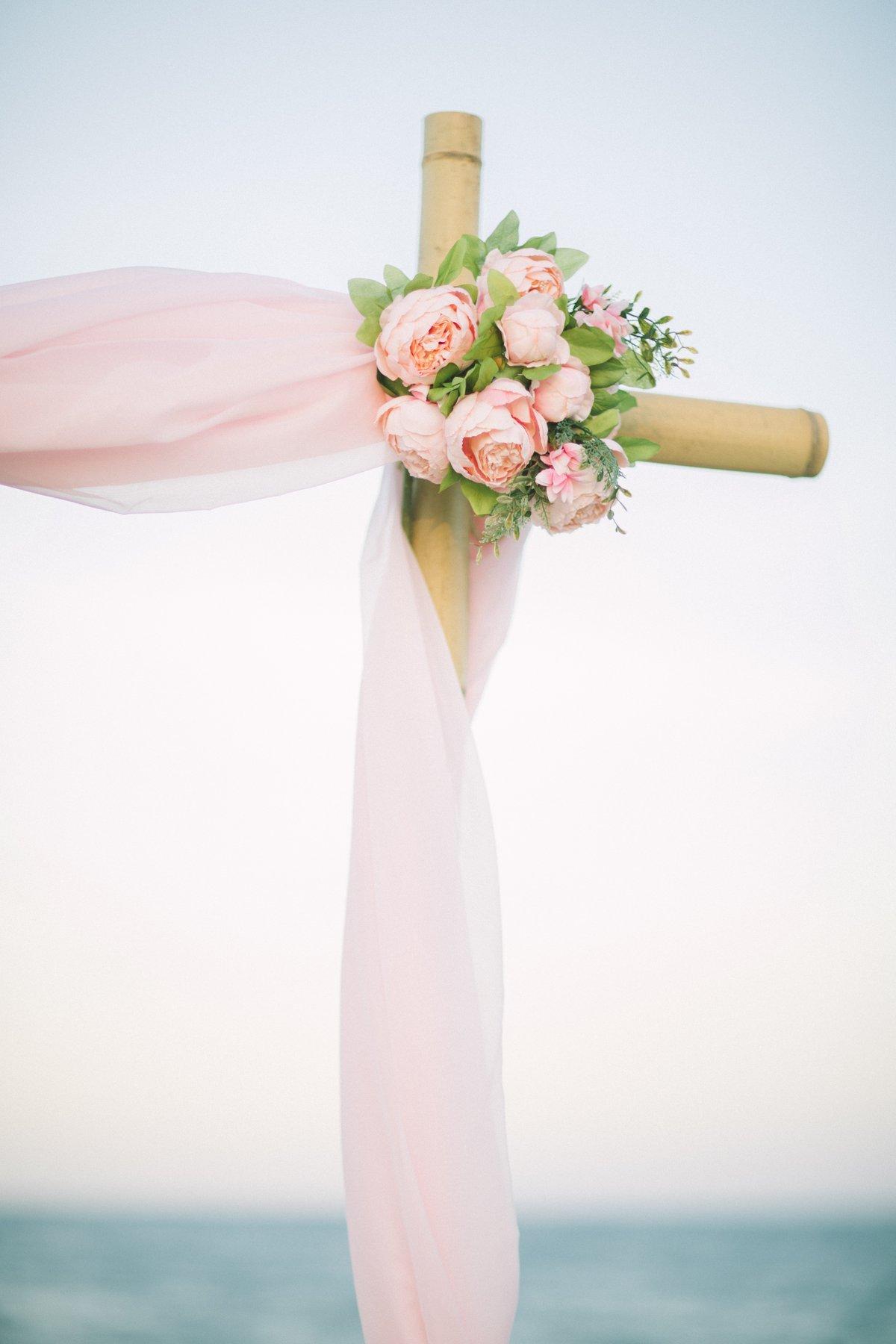 simple-beach-wedding-decoration-for-elopment-3 Simple Bamboo Decoration for Elopments